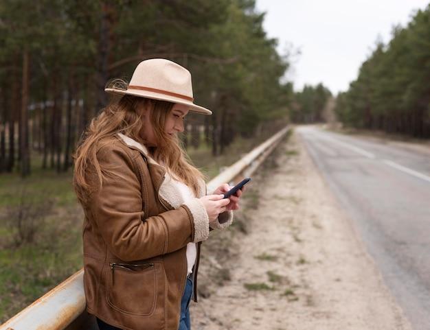 Średnio strzał kobieta z smartphone