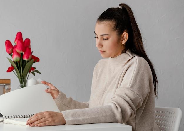 Średnio strzał kobieta z tulipanami