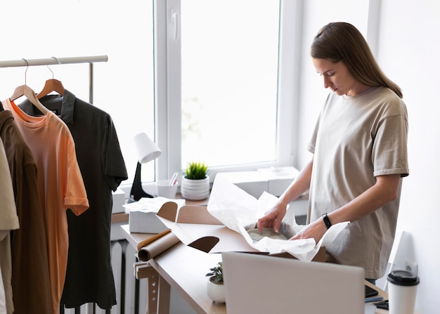 Średnio strzał kobieta za pomocą papieru do pakowania