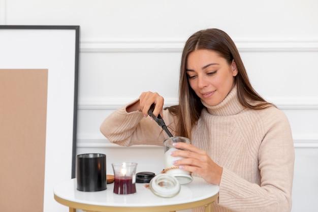 Średnio strzał kobieta zapalająca świecę