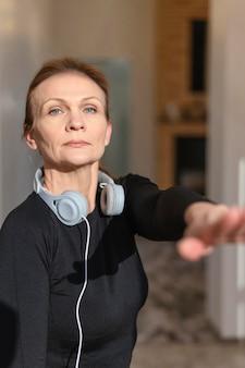 Średnio strzał kobieta ze słuchawkami