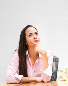 Średnio strzał kobiety biznesu myśli