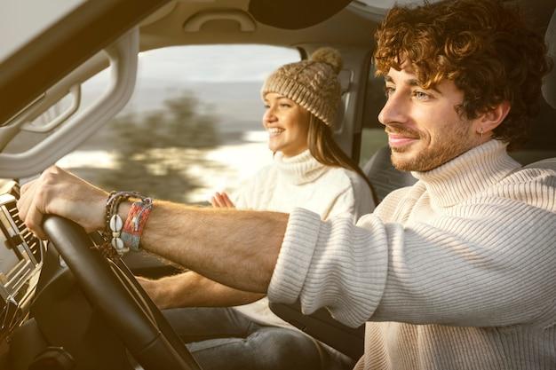Średnio strzał kobiety i mężczyzny w podróży samochodowej
