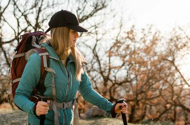 Średnio strzał kobiety piesze wycieczki