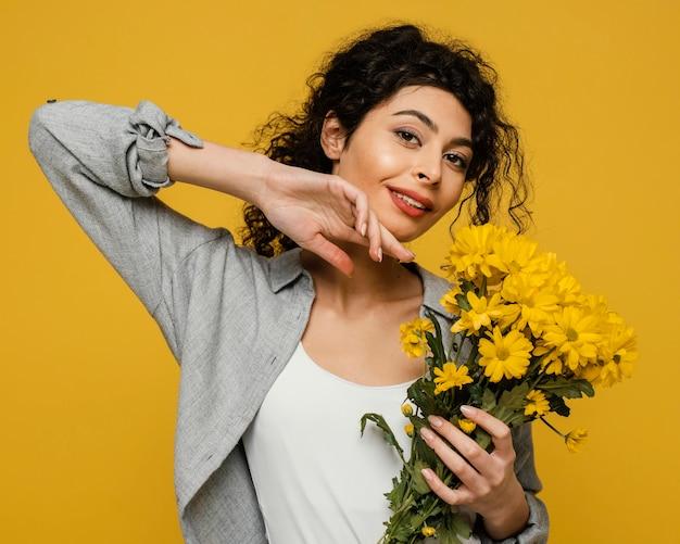 Średnio strzał kobiety trzymającej kwiaty