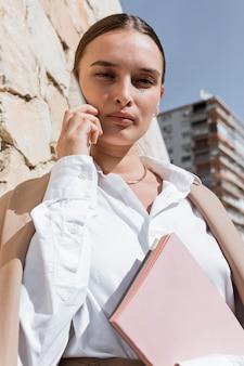 Średnio strzał kobiety trzymającej notebooki