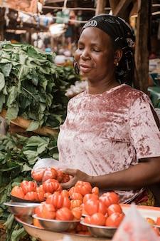 Średnio strzał kobiety trzymającej warzywa