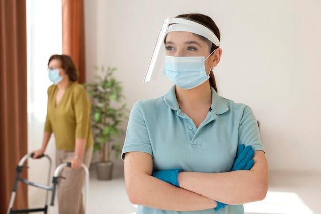 Średnio strzał kobiety w maskach na twarz
