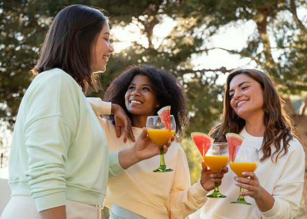Średnio strzał kobiety z pysznymi drinkami