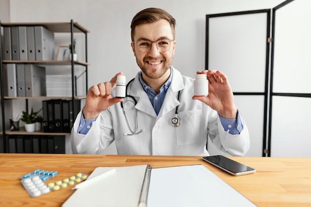 Średnio strzał lekarza trzymającego lekarstwo