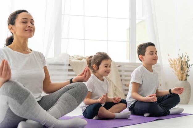 Średnio strzał ludzi na macie do jogi