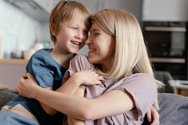 Średnio strzał matka i chłopiec