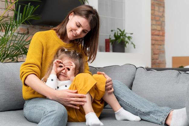 Średnio strzał matka i dziewczyna na kanapie