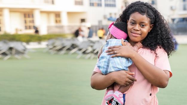 Średnio strzał matka trzyma dziecko