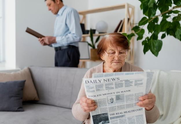 Średnio strzał mężczyzna i kobieta do czytania
