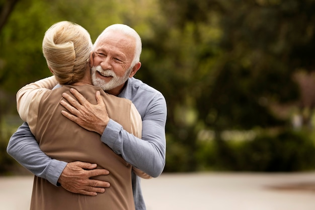 Średnio strzał mężczyzna i kobieta przytulają się
