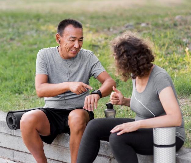 Średnio strzał mężczyzna i kobieta rozmawiający