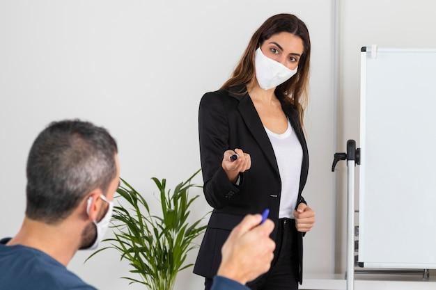 Średnio strzał mężczyzna i kobieta w maskach