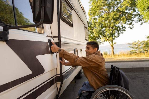 Średnio strzał mężczyzna na wózku inwalidzkim