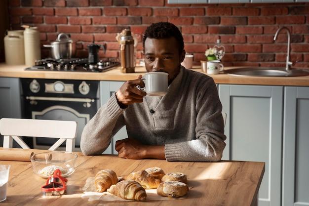 Średnio strzał mężczyzna pijący kawę