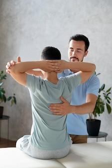 Średnio strzał mężczyzna pomagający pacjentowi