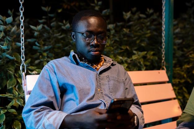 Średnio strzał mężczyzna siedzący z telefonem