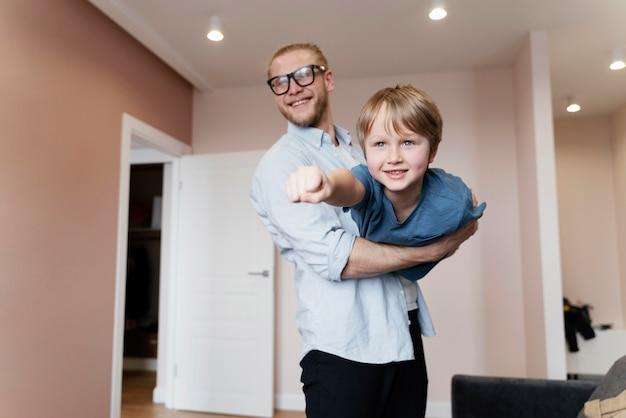 Średnio strzał mężczyzna trzyma chłopca