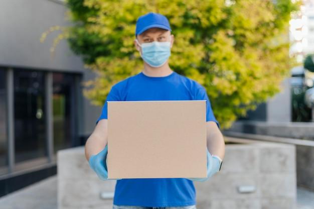 Średnio strzał mężczyzna trzyma pudełko