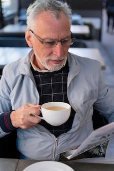Średnio strzał mężczyzna trzymający filiżankę herbaty