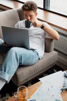 Średnio strzał mężczyzna trzymający laptopa