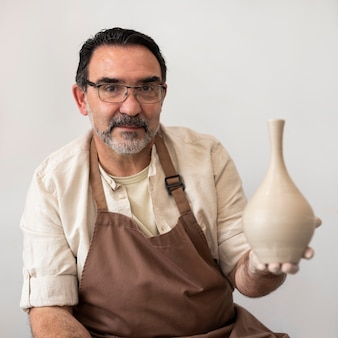 Średnio strzał mężczyzna trzymający wazon
