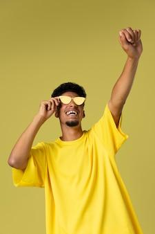 Średnio strzał mężczyzna w okularach przeciwsłonecznych