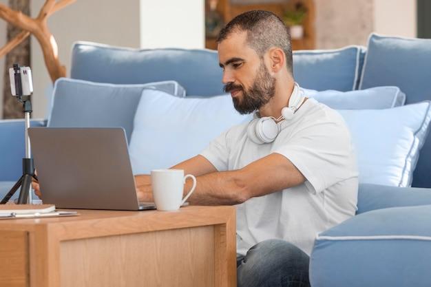 Średnio strzał mężczyzna wpisując na laptopie