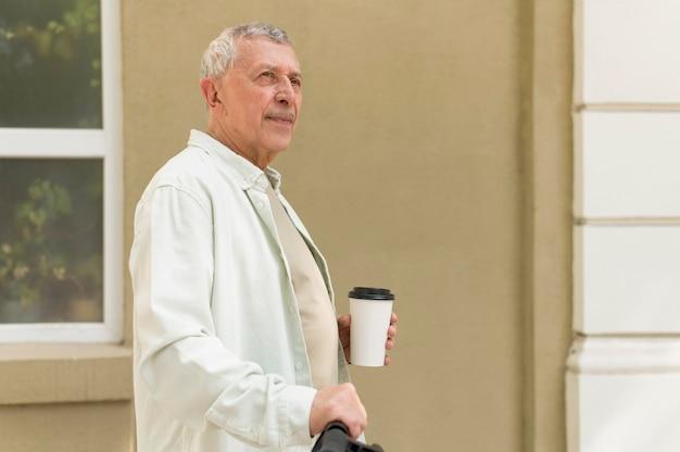 Średnio strzał mężczyzna z filiżanką kawy