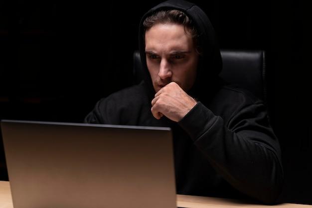 Średnio strzał mężczyzna z laptopem