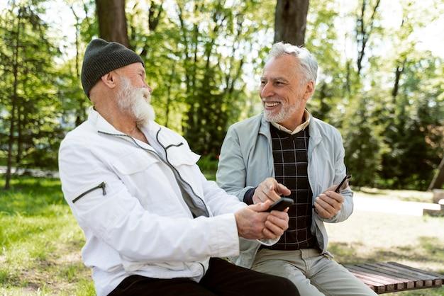 Średnio strzał mężczyźni śmiejący się w naturze
