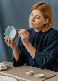 Średnio strzał miska do malowania kobiety