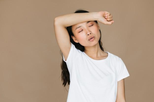 Średnio strzał młoda kobieta jest zmęczona