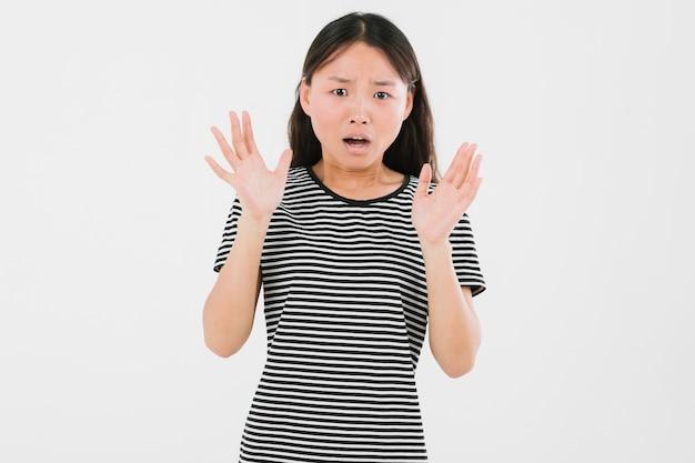 Średnio strzał młoda kobieta wygląda na zszokowaną