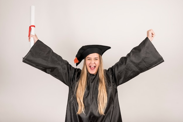 Średnio strzał młody absolwent jest wesoły