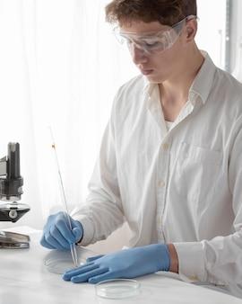 Średnio strzał naukowca pracujący w laboratorium