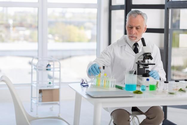 Średnio strzał naukowca przy pracy
