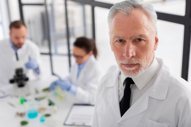 Średnio strzał naukowca w fartuchu laboratoryjnym