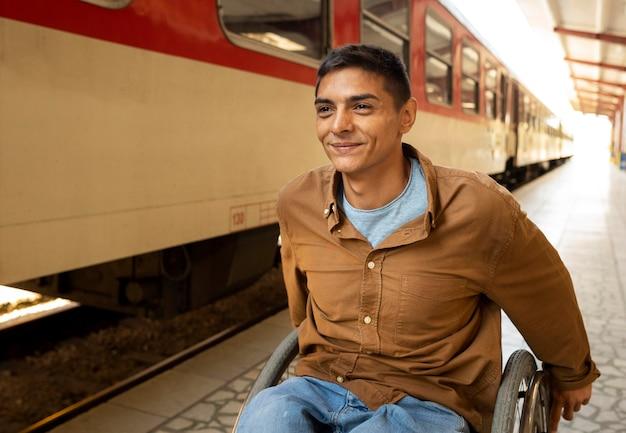 Średnio strzał niepełnosprawny mężczyzna na stacji kolejowej