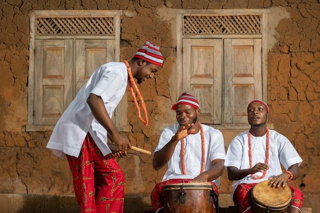 Średnio strzał nigeryjskich mężczyzn tworzących muzykę