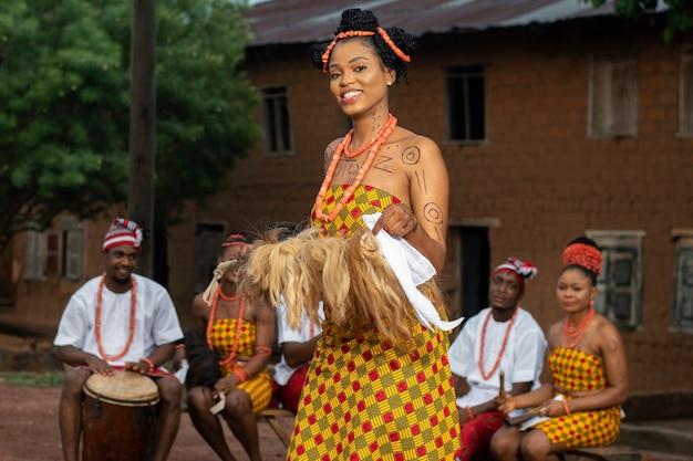 Średnio strzał nigeryjskich tancerzy na zewnątrz