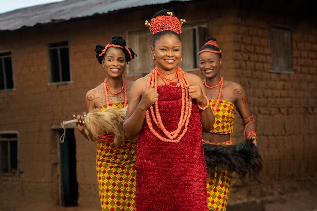 Średnio strzał nigeryjskie kobiety z futrem