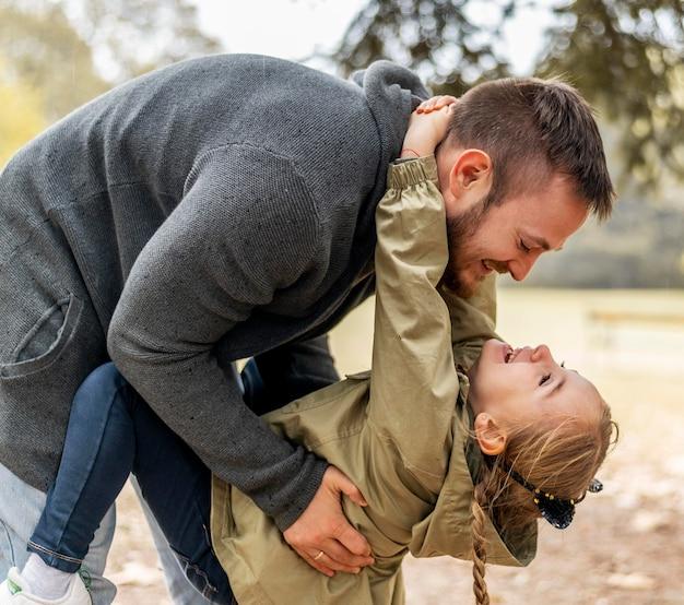 Średnio Strzał Ojca Bawiącego Się Z Córką Premium Zdjęcia