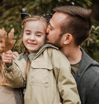 Średnio Strzał Ojca Całującego Córkę Premium Zdjęcia