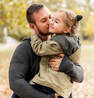 Średnio Strzał Ojca Całującego Dziewczynę W Policzek Premium Zdjęcia